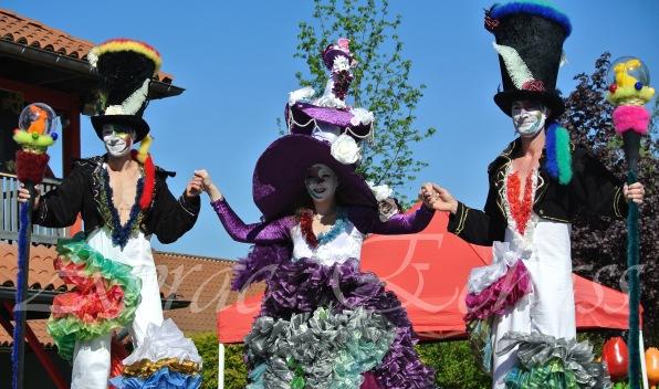 clowns en ciel echassiers colores oiseaux fleurs festifs parade animation carnaval evenementiel bulles de savon danse chapeau vertigineux froufro (121)