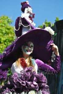 clowns en ciel echassiers colores oiseaux fleurs festifs parade animation carnaval evenementiel bulles de savon danse chapeau vertigineux froufro (122)