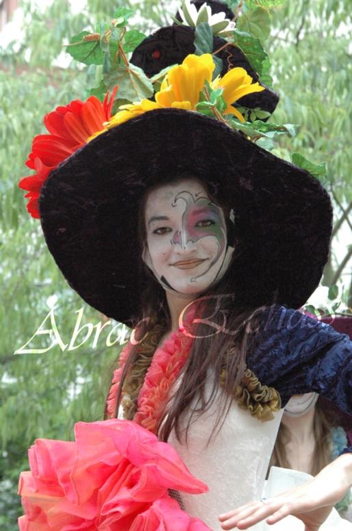 clowns en ciel echassiers colores oiseaux fleurs festifs parade animation carnaval evenementiel bulles de savon danse chapeau vertigineux froufro (123)