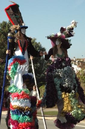 clowns en ciel echassiers colores oiseaux fleurs festifs parade animation carnaval evenementiel bulles de savon danse chapeau vertigineux froufro (63)