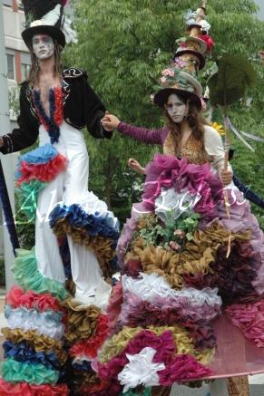 clowns en ciel echassiers colores oiseaux fleurs festifs parade animation carnaval evenementiel bulles de savon danse chapeau vertigineux froufro (64)