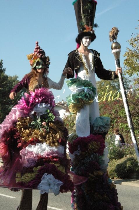 clowns en ciel echassiers colores oiseaux fleurs festifs parade animation carnaval evenementiel bulles de savon danse chapeau vertigineux froufro (65)