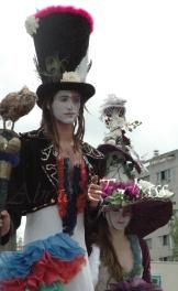 clowns en ciel echassiers colores oiseaux fleurs festifs parade animation carnaval evenementiel bulles de savon danse chapeau vertigineux froufro (67)