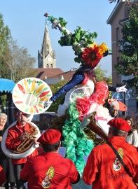 clowns en ciel echassiers colores oiseaux fleurs festifs parade animation carnaval evenementiel bulles de savon danse chapeau vertigineux froufro (69)