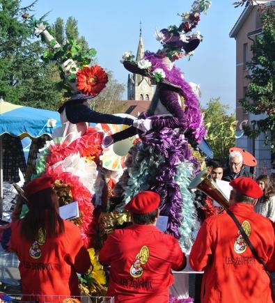 clowns en ciel echassiers colores oiseaux fleurs festifs parade animation carnaval evenementiel bulles de savon danse chapeau vertigineux froufro (70)