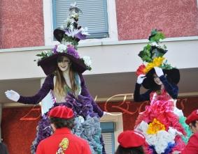 clowns en ciel echassiers colores oiseaux fleurs festifs parade animation carnaval evenementiel bulles de savon danse chapeau vertigineux froufro (71)