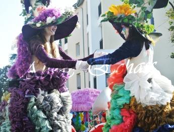 clowns en ciel echassiers colores oiseaux fleurs festifs parade animation carnaval evenementiel bulles de savon danse chapeau vertigineux froufro (74)