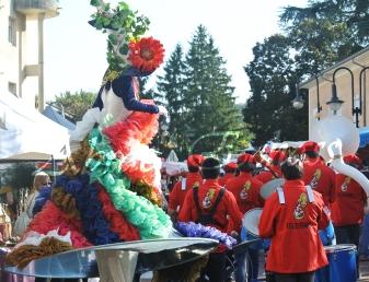 clowns en ciel echassiers colores oiseaux fleurs festifs parade animation carnaval evenementiel bulles de savon danse chapeau vertigineux froufro (75)