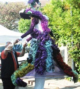 clowns en ciel echassiers colores oiseaux fleurs festifs parade animation carnaval evenementiel bulles de savon danse chapeau vertigineux froufro (76)
