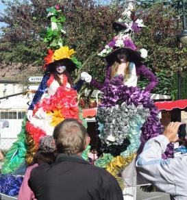clowns en ciel echassiers colores oiseaux fleurs festifs parade animation carnaval evenementiel bulles de savon danse chapeau vertigineux froufro (78)