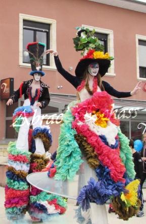 clowns en ciel echassiers colores oiseaux fleurs festifs parade animation carnaval evenementiel bulles de savon danse chapeau vertigineux froufro (82)