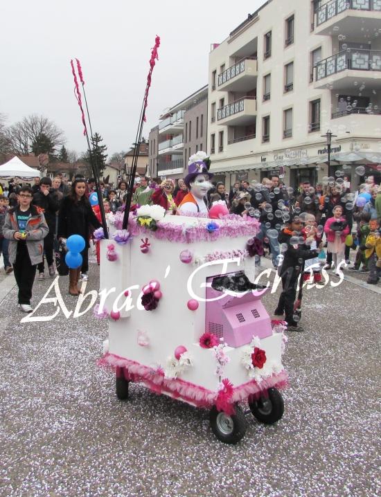 clowns en ciel echassiers colores oiseaux fleurs festifs parade animation carnaval evenementiel bulles de savon danse chapeau vertigineux froufro (83)