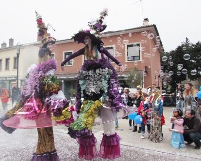clowns en ciel echassiers colores oiseaux fleurs festifs parade animation carnaval evenementiel bulles de savon danse chapeau vertigineux froufro (84)