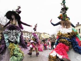 clowns en ciel echassiers colores oiseaux fleurs festifs parade animation carnaval evenementiel bulles de savon danse chapeau vertigineux froufro (85)
