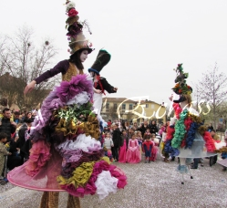 clowns en ciel echassiers colores oiseaux fleurs festifs parade animation carnaval evenementiel bulles de savon danse chapeau vertigineux froufro (86)