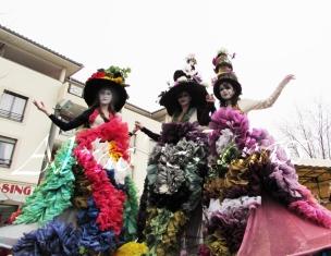 clowns en ciel echassiers colores oiseaux fleurs festifs parade animation carnaval evenementiel bulles de savon danse chapeau vertigineux froufro (90)