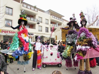 clowns en ciel echassiers colores oiseaux fleurs festifs parade animation carnaval evenementiel bulles de savon danse chapeau vertigineux froufro (91)