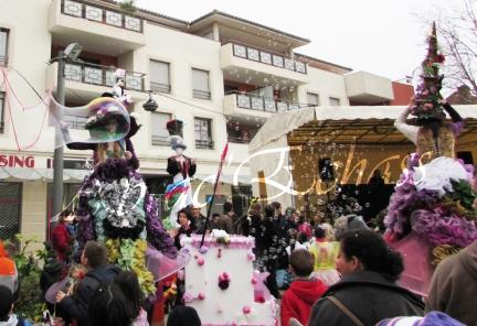 clowns en ciel echassiers colores oiseaux fleurs festifs parade animation carnaval evenementiel bulles de savon danse chapeau vertigineux froufro (92)