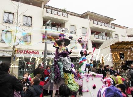 clowns en ciel echassiers colores oiseaux fleurs festifs parade animation carnaval evenementiel bulles de savon danse chapeau vertigineux froufro (93)