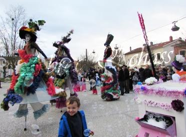 clowns en ciel echassiers colores oiseaux fleurs festifs parade animation carnaval evenementiel bulles de savon danse chapeau vertigineux froufro (95)