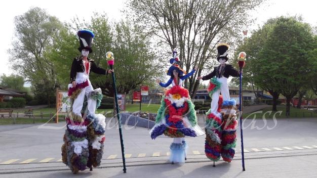 clowns en ciel echassiers colores oiseaux fleurs festifs parade animation carnaval evenementiel bulles de savon danse chapeau vertigineux froufro (96)