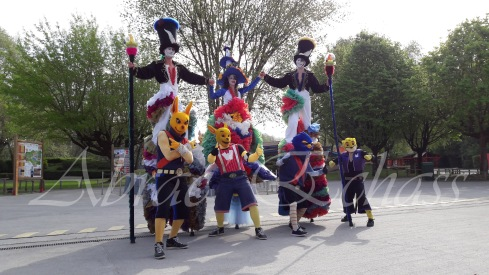 clowns en ciel echassiers colores oiseaux fleurs festifs parade animation carnaval evenementiel bulles de savon danse chapeau vertigineux froufro (97)