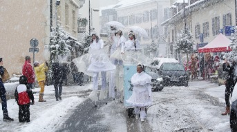 dentelles d'echass echassiers lumineux feeriques blancs parade animation evenementiel noel carnaval soirees blanches juspes originales leds g (44)