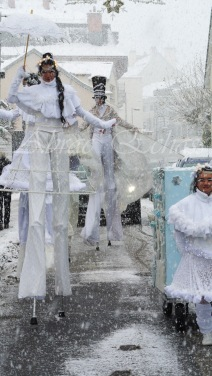 dentelles d'echass echassiers lumineux feeriques blancs parade animation evenementiel noel carnaval soirees blanches juspes originales leds g (45)