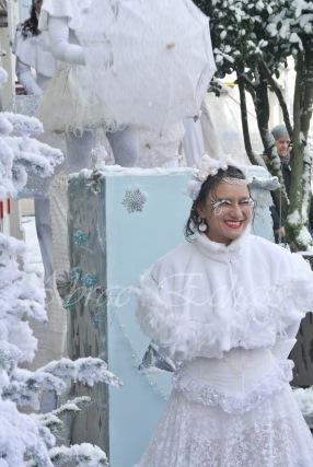 dentelles d'echass echassiers lumineux feeriques blancs parade animation evenementiel noel carnaval soirees blanches juspes originales leds g (49)