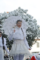 dentelles d'echass echassiers lumineux feeriques blancs parade animation evenementiel noel carnaval soirees blanches juspes originales leds g (50)