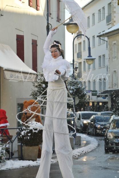 dentelles d'echass echassiers lumineux feeriques blancs parade animation evenementiel noel carnaval soirees blanches juspes originales leds g (53)