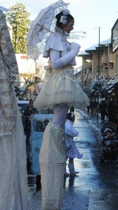 dentelles d'echass echassiers lumineux feeriques blancs parade animation evenementiel noel carnaval soirees blanches juspes originales leds g (54)