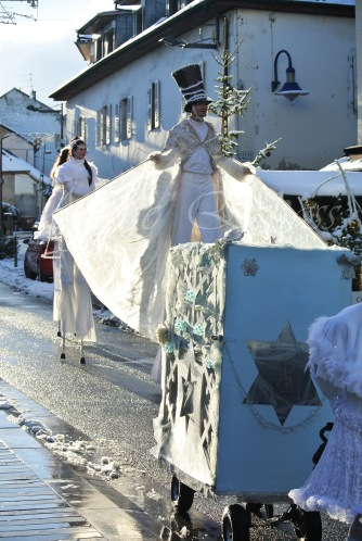 dentelles d'echass echassiers lumineux feeriques blancs parade animation evenementiel noel carnaval soirees blanches juspes originales leds g (57)