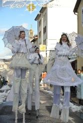 dentelles d'echass echassiers lumineux feeriques blancs parade animation evenementiel noel carnaval soirees blanches juspes originales leds g (62)