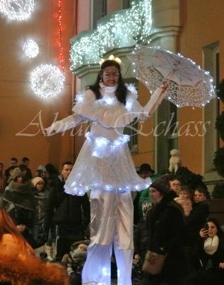 dentelles d'echass echassiers lumineux feeriques blancs parade animation evenementiel noel carnaval soirees blanches juspes originales leds g (66)