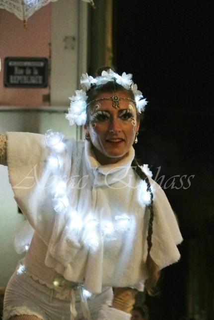 dentelles d'echass echassiers lumineux feeriques blancs parade animation evenementiel noel carnaval soirees blanches juspes originales leds g (68)