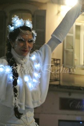 dentelles d'echass echassiers lumineux feeriques blancs parade animation evenementiel noel carnaval soirees blanches juspes originales leds g (69)