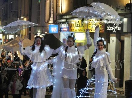 dentelles d'echass echassiers lumineux feeriques blancs parade animation evenementiel noel carnaval soirees blanches juspes originales leds g (71)