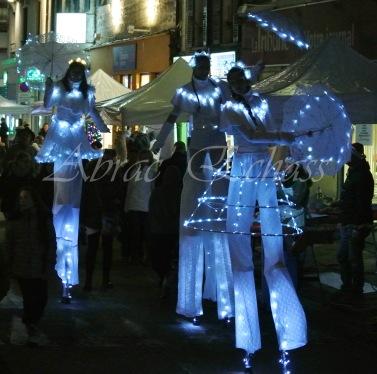 dentelles d'echass echassiers lumineux feeriques blancs parade animation evenementiel noel carnaval soirees blanches juspes originales leds g (72)