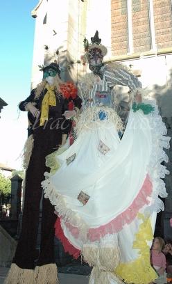 echass epouvantails echassiers venitiens paysans champetre campagne parade animation spectacle clowns danse (1)