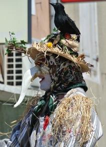 echass epouvantails echassiers venitiens paysans champetre campagne parade animation spectacle clowns danse (10)