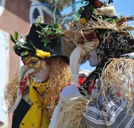 echass epouvantails echassiers venitiens paysans champetre campagne parade animation spectacle clowns danse (11)
