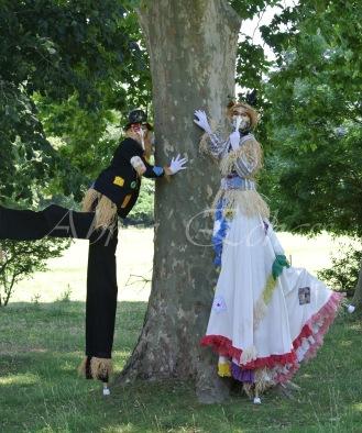 echass epouvantails echassiers venitiens paysans champetre campagne parade animation spectacle clowns danse (13)