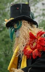 echass epouvantails echassiers venitiens paysans champetre campagne parade animation spectacle clowns danse (17)