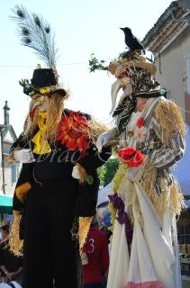 echass epouvantails echassiers venitiens paysans champetre campagne parade animation spectacle clowns danse (2)