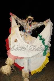 echass epouvantails echassiers venitiens paysans champetre campagne parade animation spectacle clowns danse (22)