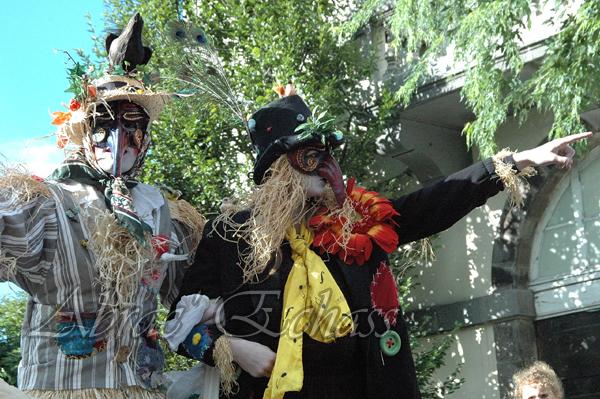 echass epouvantails echassiers venitiens paysans champetre campagne parade animation spectacle clowns danse (23)