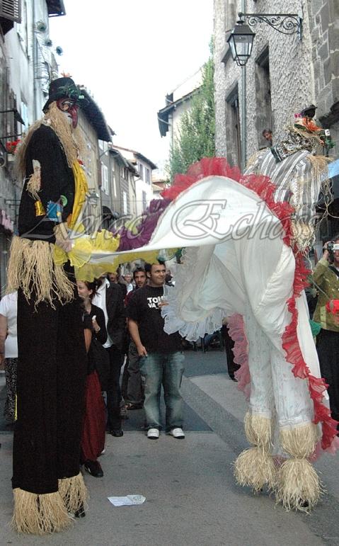 echass epouvantails echassiers venitiens paysans champetre campagne parade animation spectacle clowns danse (26)