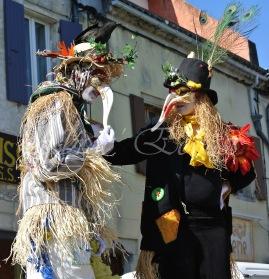 echass epouvantails echassiers venitiens paysans champetre campagne parade animation spectacle clowns danse (5)