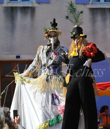 echass epouvantails echassiers venitiens paysans champetre campagne parade animation spectacle clowns danse (6)